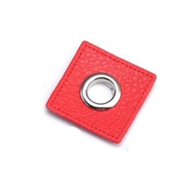 30 Fuskläderlapp med öljett FYRKANT röd silver 27x27